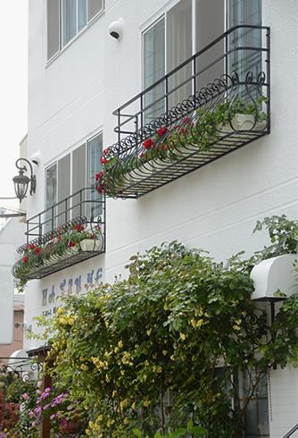 初音鮨 [特注] /2Fの窓位置が低く、安全のため上部に手すりを設置