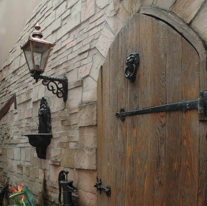 銀座ライオン ダブリナーズ池袋/外庭のスペースに設けられたダミーの扉